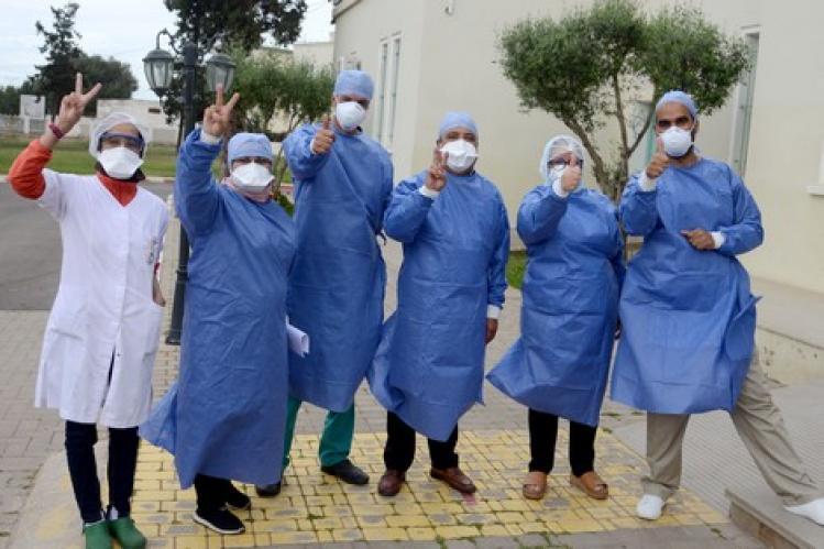 """أطباء يشْكون العمل في """"بؤرة كورونا"""" بدون حماية ونقص التعقيم"""