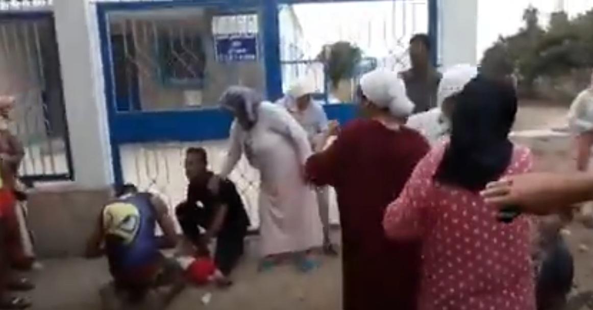 فاجعة بالفيديو/ وفاة طفلة ا أمام مستشفى مغلق