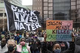 """""""أوقفوا تمويل الشرطة"""" .. صرخة متظاهرين تهز الولايات المتحدة الأمريكية"""